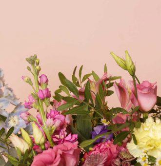 Detalle de nuestra Flower Bag grande con flores de distintos colores