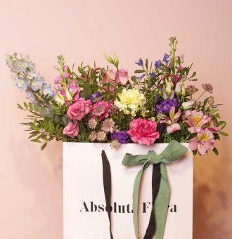 La Fleur à porter, es nuestra bolsa de flores grande con flores de distintos colores